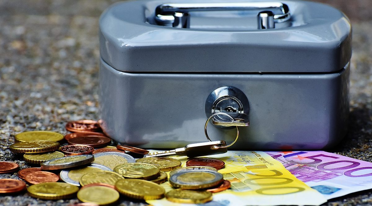 Salvadanaio con banconote e monete