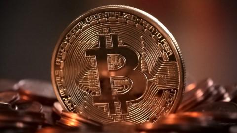 Bitcoin: il future debutta con un balzo. Le Borse attendono Fed e Draghi