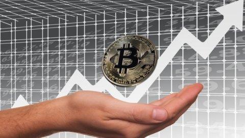 Bitcoin, debutto boom. Le banche spingono Piazza Affari al ribasso