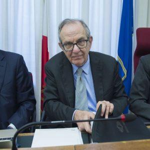 """Padoan: """"Mai autorizzato colloqui ministri su Banca Etruria"""""""