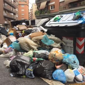 Roma, sui rifiuti Raggi e Ama allo sbando: interviene la Regione