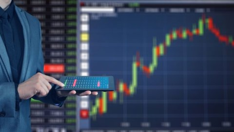 Btp decennale ancora sotto l'1%, Borsa in rialzo aspettando il Def
