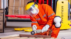 Operaio al lavoro in fabbrica dell'industria al lavoro per aumentare la produttività