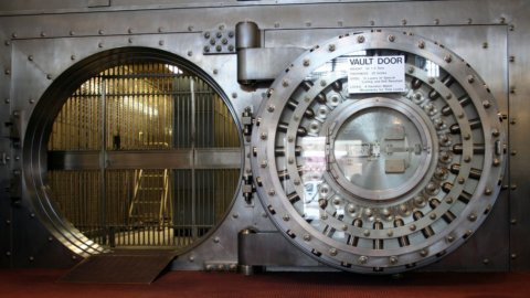 Borsa: le banche salvano Milano. Crolla Tenaris, giù l'auto