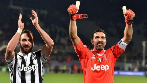 La Juve espugna Firenze e risorpassa il Napoli che ospita la Lazio