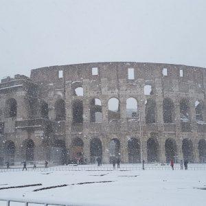 Neve a Roma e in tutta Italia: gelo record, treni e camion in tilt