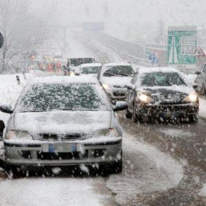 Neve e gelo, autostrade chiuse e treni sospesi. Ecco la mappa
