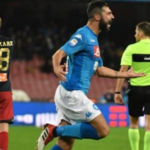 Il Napoli batte il Genoa e riapre il campionato