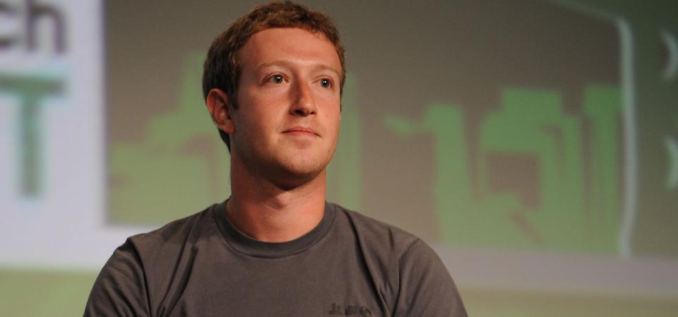 """Facebook, pressing su Zuckerberg: """"Lasci la presidenza"""""""