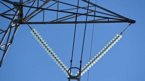 Consumi elettrici in calo anche a maggio ma meno