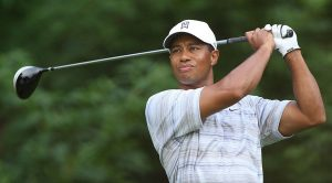 Tiger Woods gioca a golf
