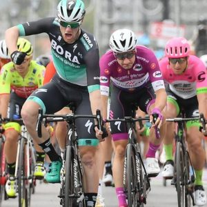 Giro d'Italia: Bennett brucia Viviani che fallisce il tris