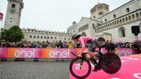 Giro: trionfa Dennis, Yates respinge l'assalto di Dumoulin