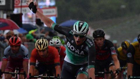 Giro: a Imola bis di Bennett, Yates sempre maglia rosa