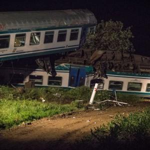 Treno investe tir e deraglia: 2 morti e decine di feriti