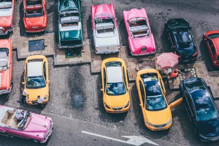 La Borsa frena: auto, Cina e proteste la deprimono