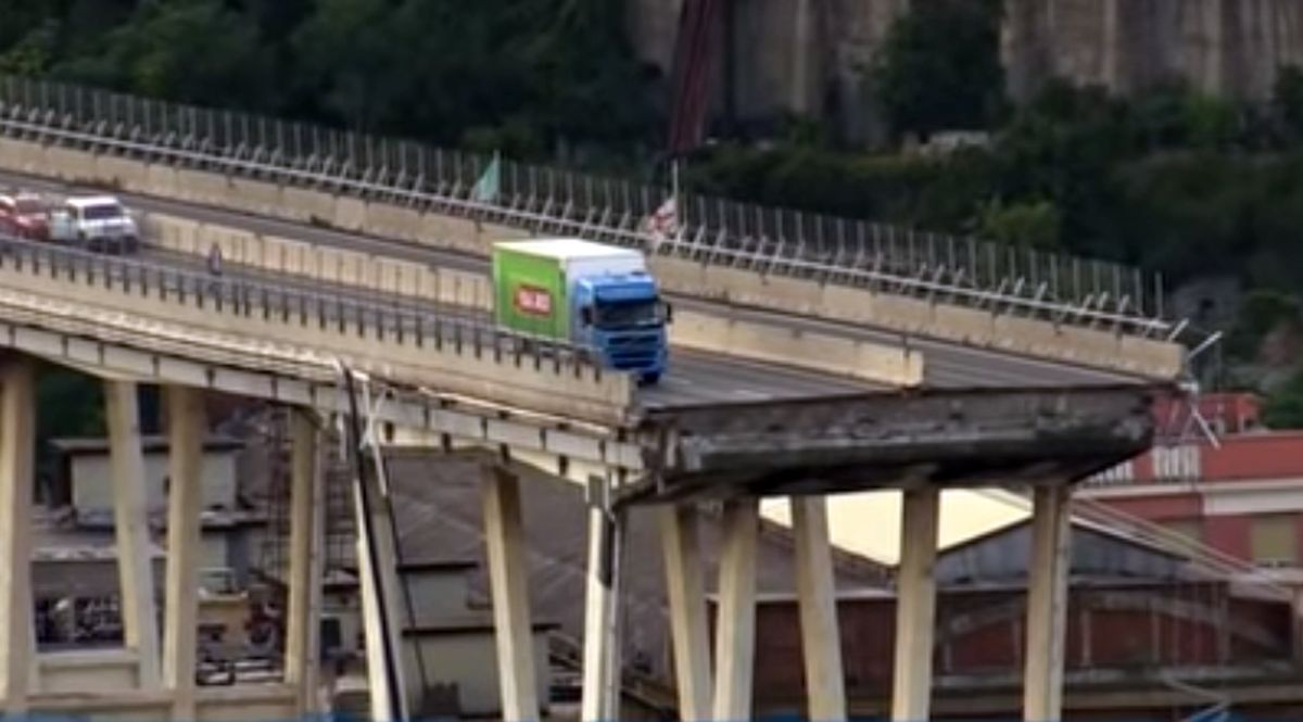 Camion sul ponte Morandi