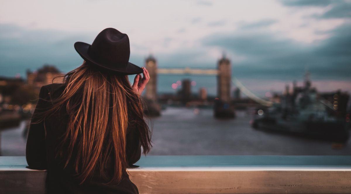 Donna emigrata per lavoro a Londra