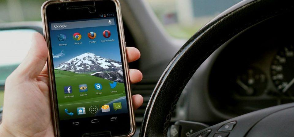 """Smartphone al volante, Toninelli: """"Possibile ritiro della patente"""""""