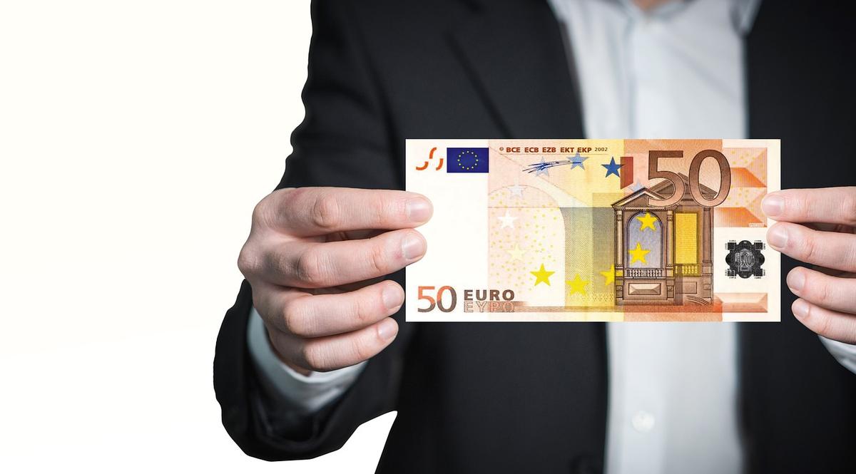 Soldi in euro per pagamenti e investimenti