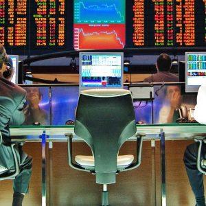 Borsa: bene Telecom e Lusso, ma lo spread resta alto