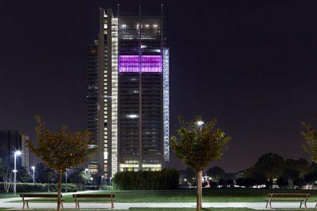 Il grattacielo di Intesa si tinge di rosa contro il tumore al seno