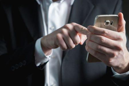 Metà degli italiani fa acquisti tramite smartphone: primi in Europa