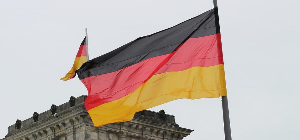 Germania: crolla il Pmi manifatturiero, euro in picchiata