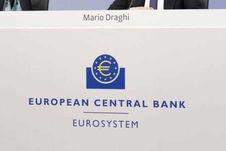 Borsa, l'effetto Draghi sui tassi colpisce le banche