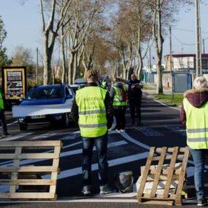Gilet gialli, esplode la protesta e Macron è sotto scacco
