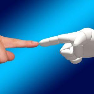Intelligenza artificiale tra uomini e macchine: un robot ci insegnerà