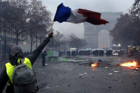 Francia, Gilets jaunes: Macron cerca una via dopo le violenze