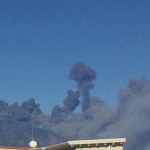 Etna, eruzione di Natale: sciame sismico e cenere (Foto e Video)