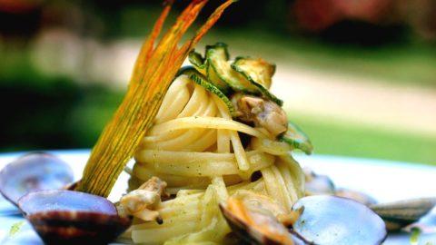 La ricetta stellata di Ernesto Iaccarino: linguine con vongole veraci e zucchine