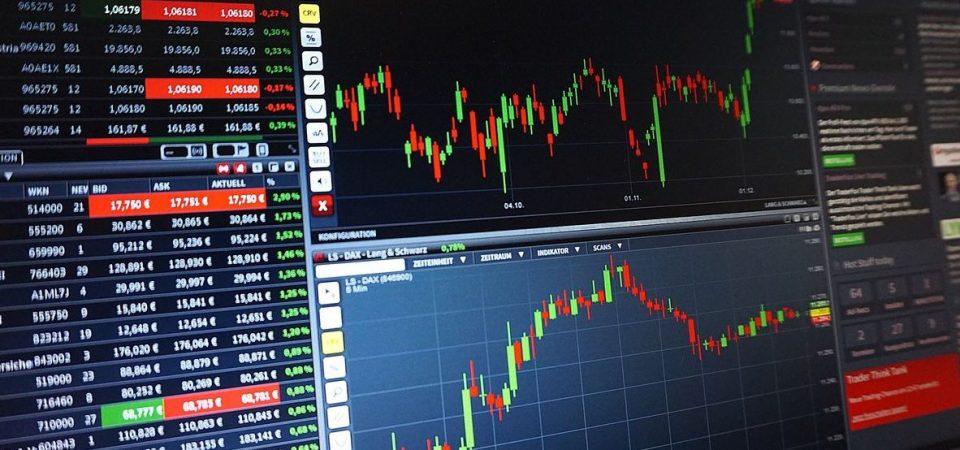 Borse piatte in attesa della Fed ma Milano corre. Giù Moncler