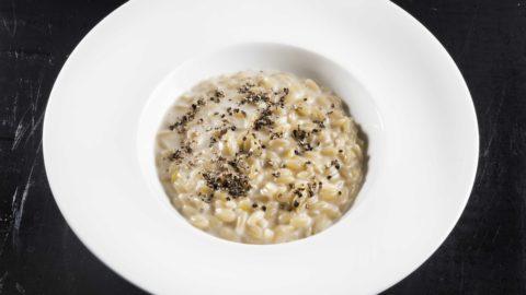 La ricetta di Cristina Bowerman: Orzotto cacio e pepe, ricci di mare e tartufo
