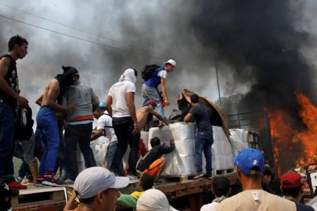 Venezuela in fiamme, Maduro ferma gli aiuti: scontri e vittime