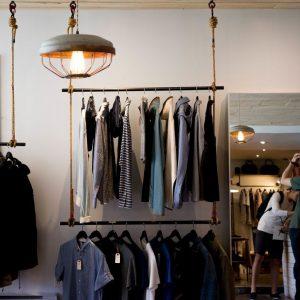 Shopping: gli acquisti si scelgono online ma si fanno nei negozi