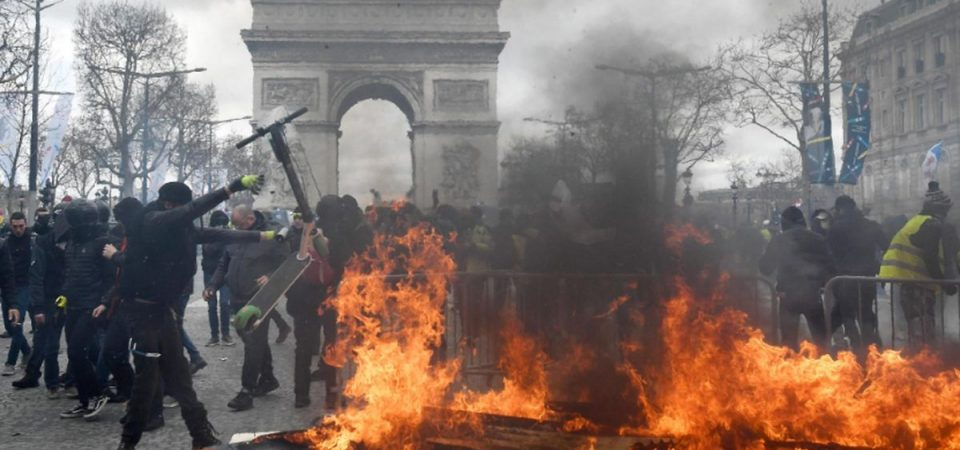 Parigi, tornano i gilet gialli: Champs Elysees a ferro e fuoco