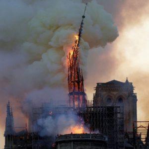 Notre Dame, addio: la cattedrale simbolo crolla tra le fiamme