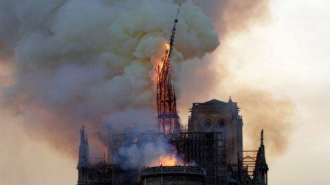 Parigi, Notre Dame brucia: crollano guglia e tetto