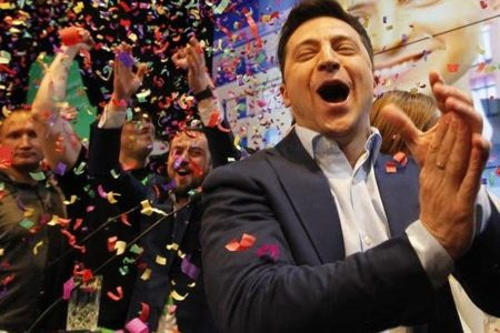 Ucraina: Zelensky stravince, è lui il presidente