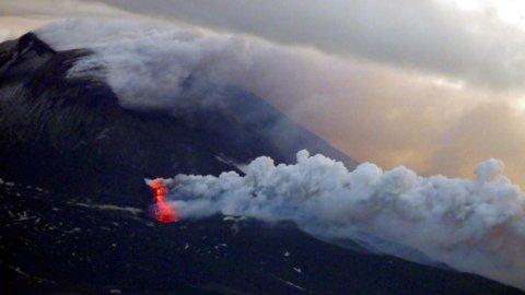 Etna in eruzione: i video spettacolari dalla cima del vulcano
