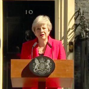 Regno Unito, May si dimette in lacrime: Brexit fa un'altra vittima
