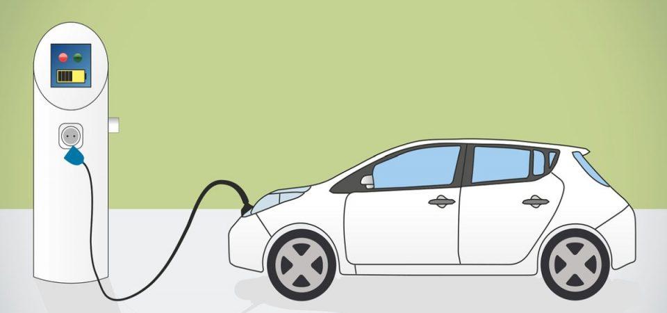 L'auto elettrica corre in rete e dimezza i costi