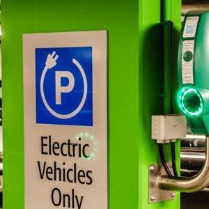 Auto elettrica, Fca tratta con Foxconn. Volkswagen accelera