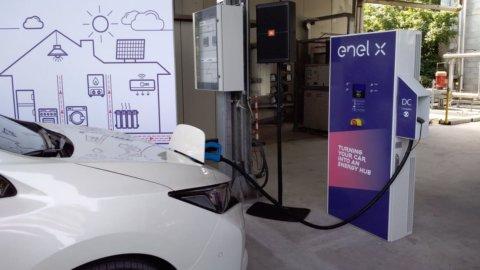 Auto elettrica, Enel attiva 200 punti di ricarica veloce