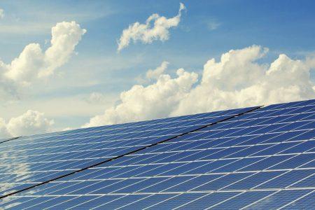 Consumi elettrici in calo ma crescono le rinnovabili