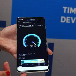 Tim accelera sul 5G: parte Napoli, altre 6 città entro l'anno