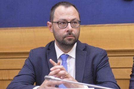 Alitalia, Patuanelli apre alla nazionalizzazione